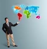 当前五颜六色的世界地图的年轻人 免版税库存图片