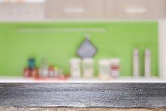 当前产品的木桌在bokeh背景 免版税库存图片