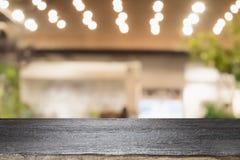 当前产品的空的木桌 免版税库存照片