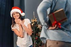 当前圣诞节礼物的人对女朋友 库存照片