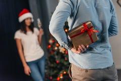 当前圣诞节礼物的人对女朋友 免版税图库摄影