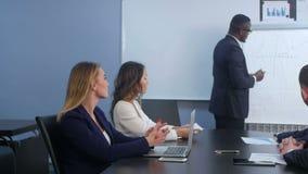 当前在财政研讨会的年轻成功的美国黑人的商人 股票录像