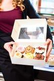 当前外带的箱糖果店的妇女 免版税库存图片