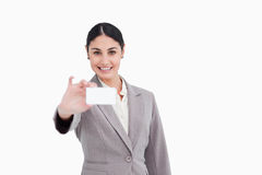 当前她的名片的微笑的女推销员 免版税库存照片