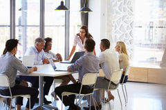 当前对同事的女实业家在会议上 免版税库存图片