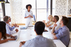 当前对同事的女实业家在会议上 免版税图库摄影