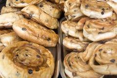 当前小圆面包在面包店商店 库存照片