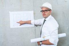 当前建筑师图纸的商人 做介绍 库存照片