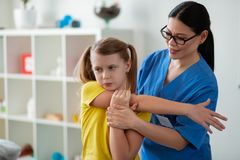 当前改善在健康的勤勉坚强的女孩 库存图片