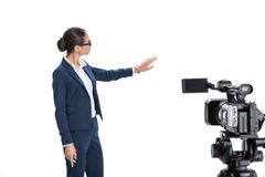 当前某事在照相机前面的美丽的女性新闻广播员, 图库摄影
