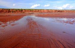 当前流的红色沙子 免版税图库摄影