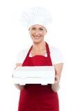 当前薄饼的女性面包师对您配件箱的 图库摄影