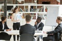 当前设计项目的女实业家对投资者,显示分类 免版税库存照片