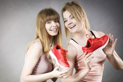 当前运动服教练员鞋子的两名妇女 免版税库存图片