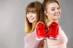 当前运动服教练员鞋子的两名妇女 免版税库存照片