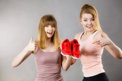 当前运动服教练员鞋子的两名妇女 库存照片