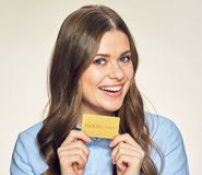 当前金子信用卡的微笑的女商人 图库摄影