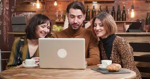 当前项目的年轻设计师对他的女性同事在咖啡休息期间 股票录像