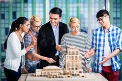 当前建立模型的建筑师队  免版税库存图片