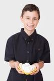 当前kahk曲奇饼的回教男孩 免版税库存图片