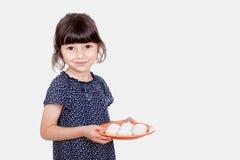 当前kahk & x28的回教女孩;曲奇饼& x29;在宴餐 免版税库存图片