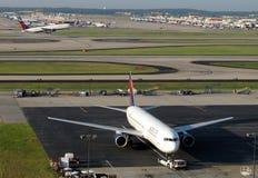 三角洲飞机在亚特兰大harstfield杰克逊机场 图库摄影