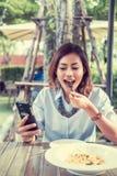当吃时,亚裔妇女是愉快的 库存照片