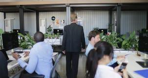 当商人编组繁忙时,轻易地胜过coworking的办公室听不到同事的问题的领导商人 股票视频