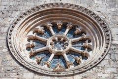 当圆花窗或凯瑟琳窗口也叫的哥特式轮子窗口在圣克拉拉教会里 免版税库存照片