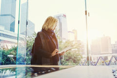 当在商业中心时,站立女性在社会网络聊天通过数字式片剂 库存图片