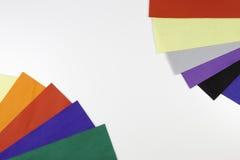 当在白色背景的边界框架被安排的五颜六色的毛毡板料的选择 库存图片