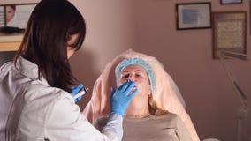当在的麻醉鼻唇的折叠将行动做nyxis时,医生等待 影视素材