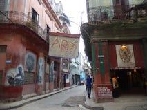 当地人壁画一条街道的在哈瓦那,古巴 图库摄影