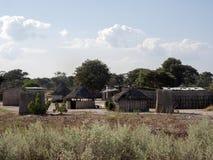 当地人小屋被操刀反对风,纳米比亚 库存照片