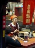 当地人民与dinning在新宿Yakitori Yokocho街道的一些个游人混合了 库存图片