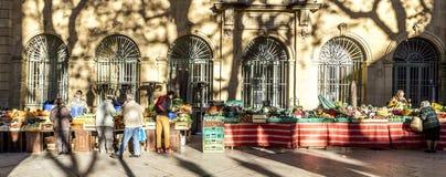 当地人民买新鲜蔬菜和果子在地方市场上 库存图片