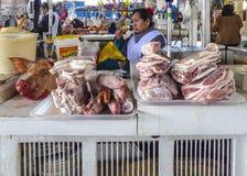 当地人民卖肉和菜在古芝的室内市场上 免版税库存照片