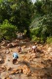当地人民在一条河做金子或罐子摇摄在泰国 免版税库存照片