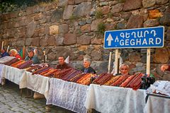 当地人民在古老tem附近卖亚美尼亚家庭做的甜点 免版税库存图片