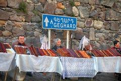 当地人民在古老tem附近卖亚美尼亚家庭做的甜点 库存照片