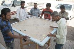 当地人民打Carrom的比赛或者Karrom,在Al Wassi镇,阿曼 图库摄影