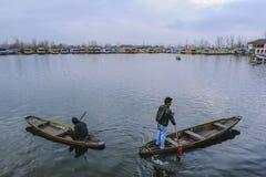 当地人民用于的小船电话` Shikara `旅行十字架Dal湖 库存照片