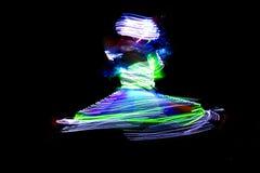 当地居民进行一个传统舞蹈与五颜六色的光成套装备在迪拜,阿拉伯联合酋长国 免版税库存图片