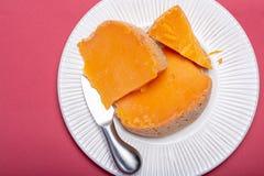 当地法国年迈的乳酪Mimolette片断,生产在有特别乳酪小蜘蛛做的灰色curst的里尔 库存图片