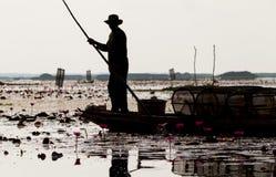当地渔夫早晨开始工作及早在小船在泰国 库存图片