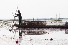 当地渔夫早晨开始工作及早在小船在泰国 库存照片