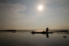 当地渔夫早晨开始工作及早在小船在泰国 免版税库存图片