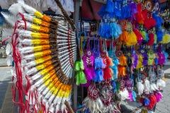 当地美洲印第安人产品五颜六色的显示待售在印地安市场上在Otavolo在厄瓜多尔 库存照片