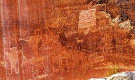 当地美洲印第安人佛瑞蒙刻在岩石上的文字资本礁石国家公园 免版税图库摄影