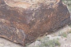 当地美洲印第安人岩石刻在岩石上的文字 免版税图库摄影
